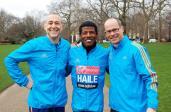 Haile Gebrselassie z Michelem Roux Jr. oraz dyrektorem londyńskiego maratonu Hugh Brasherem w parku St James's w Londynie