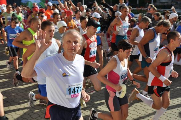 Prof. Kołodko biegnie w maratonie w Krynicy