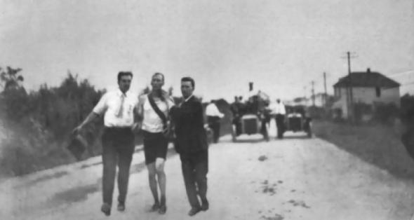 Thomas Hicks na trasie maratonu w 1904 roku